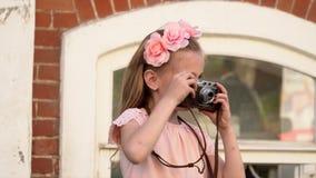 Το μικρό κορίτσι αφαιρεί τις γειτονιές γύρω από την σε έναν αναδρομικό η κάμερα απόθεμα βίντεο