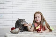 Το μικρό κορίτσι βρίσκεται στο πάτωμα Στοκ Εικόνες