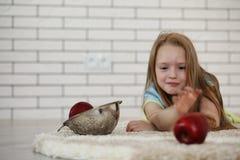 Το μικρό κορίτσι βρίσκεται στο πάτωμα Στοκ εικόνα με δικαίωμα ελεύθερης χρήσης