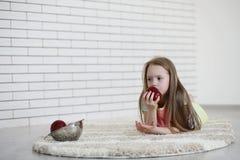 Το μικρό κορίτσι βρίσκεται στο πάτωμα Στοκ φωτογραφίες με δικαίωμα ελεύθερης χρήσης