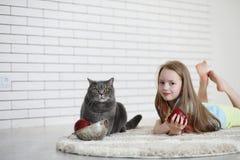 Το μικρό κορίτσι βρίσκεται στο πάτωμα Στοκ Φωτογραφία