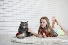 Το μικρό κορίτσι βρίσκεται στο πάτωμα Στοκ φωτογραφία με δικαίωμα ελεύθερης χρήσης