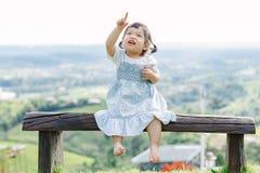 Το μικρό κορίτσι για τη διασκέδαση στον κήπο Στοκ Φωτογραφίες