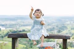 Το μικρό κορίτσι για τη διασκέδαση στον κήπο Στοκ Φωτογραφία
