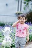 Το μικρό κορίτσι για τη διασκέδαση στον κήπο Στοκ εικόνες με δικαίωμα ελεύθερης χρήσης