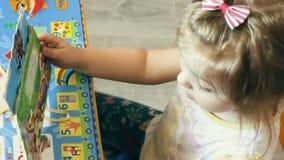 Το μικρό κορίτσι διαβάζει ένα βιβλίο φιλμ μικρού μήκους