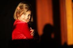 Το μικρό κορίτσι είναι ευτυχές και παίζοντας Στοκ Φωτογραφίες