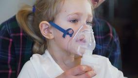 Το μικρό κορίτσι εισπνέει με τη μάσκα προσώπου Inhaler απόθεμα βίντεο