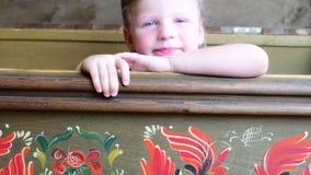 Το μικρό κορίτσι εμφανίζεται σε ένα εκλεκτής ποιότητας στήθος που το χαριτωμένο μικρό κορίτσι κοιτάζει έξω από μια εκλεκτής ποιότ φιλμ μικρού μήκους