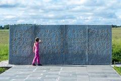 Το μικρό κορίτσι εξετάζει το μνημείο σε 28 Panfilovtsi Στοκ εικόνα με δικαίωμα ελεύθερης χρήσης