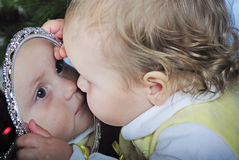 Το μικρό κορίτσι εξετάζει σε στον καθρέφτη Στοκ Εικόνες