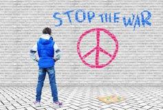 Το μικρό κορίτσι επέσυρε την προσοχή με τις πολυ χρωματισμένες κιμωλίες σε ένα γκρίζο τούβλο ένα ειρηνόφιλο σύμβολο Στοκ φωτογραφίες με δικαίωμα ελεύθερης χρήσης