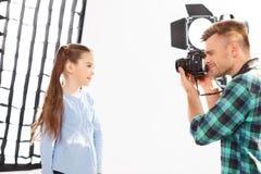 Το μικρό κορίτσι θέτει κατά τη διάρκεια της photoshooting διαδικασίας Στοκ εικόνα με δικαίωμα ελεύθερης χρήσης
