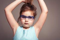 Το μικρό κορίτσι θέλει να είναι Grownup στοκ εικόνα