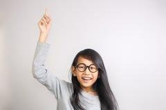 Το μικρό κορίτσι θίγει το χέρι της και υπόδειξη του δάχτυλου επάνω Στοκ Εικόνα