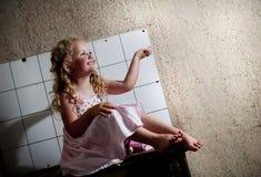 Μικρό κορίτσι στην κουζίνα Στοκ Φωτογραφίες