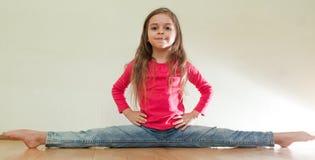 Το μικρό κορίτσι κάθεται τις διασπάσεις στοκ εικόνες με δικαίωμα ελεύθερης χρήσης