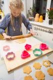 Το μικρό κορίτσι κάνει ένα μπισκότο Στοκ εικόνες με δικαίωμα ελεύθερης χρήσης