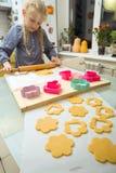 Το μικρό κορίτσι κάνει ένα μπισκότο Στοκ εικόνα με δικαίωμα ελεύθερης χρήσης