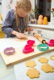 Το μικρό κορίτσι κάνει ένα μπισκότο Στοκ φωτογραφίες με δικαίωμα ελεύθερης χρήσης