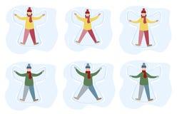 Το μικρό κορίτσι και το αγόρι απολαμβάνουν τις πρώτες χιονοπτώσεις Παιδιά που κάνουν την απεικόνιση κινούμενων σχεδίων αγγέλου χι διανυσματική απεικόνιση