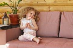 Το μικρό κορίτσι και αυξήθηκε λουλούδι Στοκ Εικόνες