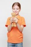 Το μικρό κορίτσι και το παιχνίδι αντέχουν Στοκ Φωτογραφία