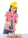 Το μικρό κορίτσι καταστρέφει το σκάκι με το τρυπάνι ΙΙΙ Στοκ Φωτογραφία