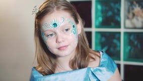 Το μικρό κορίτσι κοιτάζει στον καθρέφτη απόθεμα βίντεο