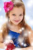 Το μικρό κορίτσι κρατά στα χέρια τα κόκκινα μήλα Στοκ Εικόνες