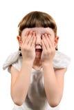 Το μικρό κορίτσι κλείνει τα μάτια Στοκ Φωτογραφία