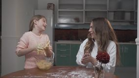 Το μικρό κορίτσι μαθαίνει πώς να μαγειρεψει στο σπίτι Να προετοιμαστεί παιδιών έχει την κολλώδη ζύμη σε ετοιμότητα φιλμ μικρού μήκους