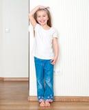 Το μικρό κορίτσι μετρά την ανάπτυξη Στοκ εικόνες με δικαίωμα ελεύθερης χρήσης