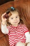 Το μικρό κορίτσι με ένα κιβώτιο δώρων Στοκ φωτογραφία με δικαίωμα ελεύθερης χρήσης