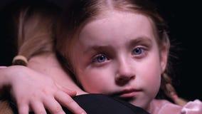 Το μικρό κορίτσι με τα δάκρυα στο αγκάλιασμα προσώπου ενθαρρύνει τη μητέρα, ορφανό παιδί που χρειάζεται την οικογένεια φιλμ μικρού μήκους