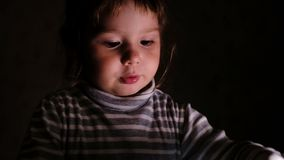 Το μικρό κορίτσι με τις συγκινήσεις παρουσιάζει ένα φύλλο του εγγράφου, σε αργή κίνηση απόθεμα βίντεο