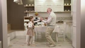 Το μικρό κορίτσι με τον παππού της έχει τη διασκέδαση και το χορό απόθεμα βίντεο