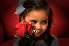 Το μικρό κορίτσι με το κόκκινο αυξήθηκε για την ημέρα βαλεντίνων Στοκ εικόνες με δικαίωμα ελεύθερης χρήσης