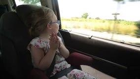 Το μικρό κορίτσι οδηγά στο αυτοκίνητο φιλμ μικρού μήκους