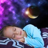 Το μικρό κορίτσι ονειρεύεται το φεγγάρι Στοκ φωτογραφία με δικαίωμα ελεύθερης χρήσης