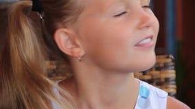 Το μικρό κορίτσι πίνει το θερινό καφέ πορτρέτου γάλακτος απόθεμα βίντεο