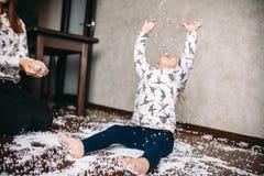 Το μικρό κορίτσι παίζει με τις σφαίρες αφρού Στοκ Εικόνες