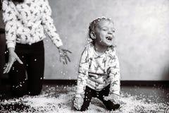 Το μικρό κορίτσι παίζει με τις σφαίρες αφρού Στοκ εικόνες με δικαίωμα ελεύθερης χρήσης