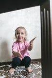 Το μικρό κορίτσι παίζει με τις σφαίρες αφρού Στοκ φωτογραφία με δικαίωμα ελεύθερης χρήσης