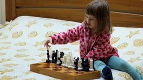 Το μικρό κορίτσι παίζει το σκάκι απόθεμα βίντεο