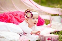 Το μικρό κορίτσι παίρνει ένα κιβώτιο Στοκ εικόνες με δικαίωμα ελεύθερης χρήσης