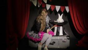 Το μικρό κορίτσι παρουσιάζει εστίαση απόθεμα βίντεο