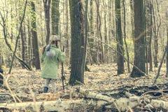 Το μικρό κορίτσι περνά από τα ξύλα Στοκ φωτογραφία με δικαίωμα ελεύθερης χρήσης