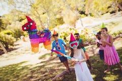 Το μικρό κορίτσι πηγαίνει έσπασε το pinata για τα γενέθλιά τους Στοκ Φωτογραφία