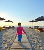 Το μικρό κορίτσι πηγαίνει στο δρόμο μεταξύ της άμμου το καλοκαίρι Στοκ εικόνες με δικαίωμα ελεύθερης χρήσης